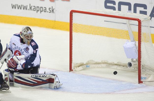 Brankár Torpeda Ivan Kasutin prvý raz ťahal puk zo siete v 25. minúte. V tretej triede prišla kanonáda Slovana.