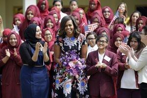 Michelle Obamovú vítajú v škole v Mulberry.