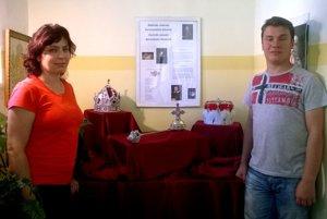 Repliky rakúskych korunovačných klenotov. Zľava Katarína Bogárová aPeter Wurczer.