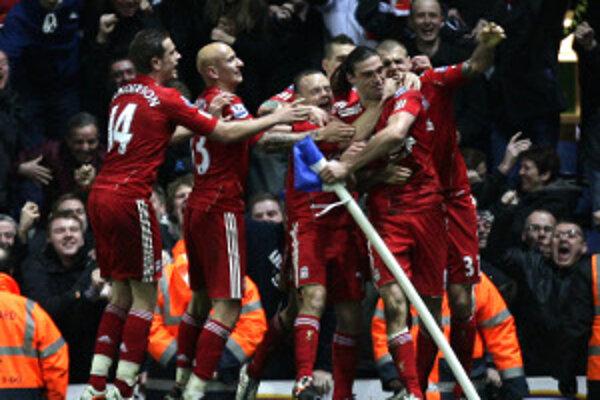 Radosť futbalistov Liverpoolu po víťaznom góle Andyho Carrolla.