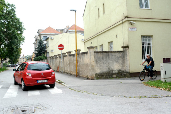 Odbočenie zo Skladnej na Ulicu Šoltésovej. Pred križovatkou chýba značka Zákaz odbočenia doprava. Značku Zákaz vjazdu si nejeden vodič všimne až po odbočení.
