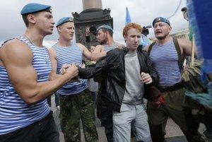 VPetrohrade začiatkom augusta slávili bývalí ruskí parašutisti svoj deň astretli bojovníka za práva gayov.