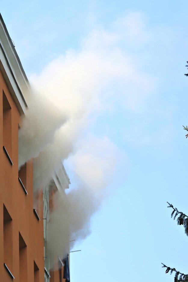 Z okien sa valil hustý dym.