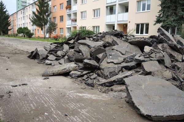 Práce na začiatku rekonštrukcie pozostávali z vyfrézovania povrchu na Šoltésovej ulici.