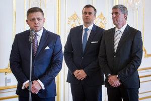 Predseda SNS Andrej Danko, predseda Smer-SD Robert Fico a predseda Most-Híd Béla Bugár počas podpisu novej koaličnej dohody na Bratislavskom hrade.