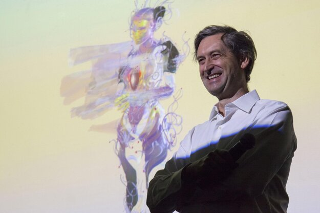 Moderátor tlačovej konferencie pózuje s animovaným klonom speváčky.