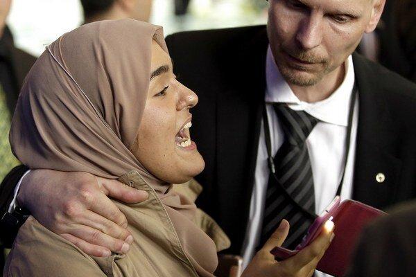 Ochranka vyprevádza novinárku z tlačovej konferencie nemeckej kancelárky Angely Merkelovej a egyptského prezidenta Abdala Fattáha Sísího.