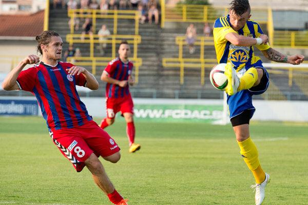 Erik Pačinda (D. Streda) a vľavo Zoltán Kontár (Senica) v súboji, teraz sú už spoluhráči.