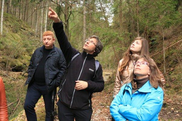 Tomáš Dražil (v strede). Pri odbornom výklade na exkurzii vRaji.