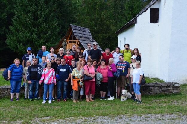 Účastníci turnaja pri kostolíku vo Vychylovke.