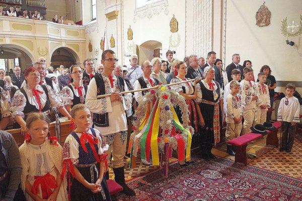 Počas slávností chodí sprievod už niekoľko rokov aj do kostola.