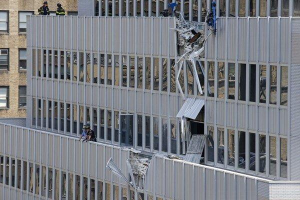 Náklad pri páde odrel stenu budovy.