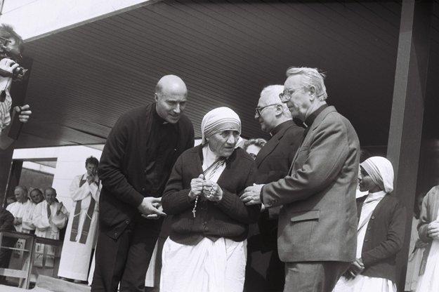 O zriadenie útulku v Čadci poprosil Matku Terezu vtedajší nitriansky biskup Mons. J. Ch. Korec.