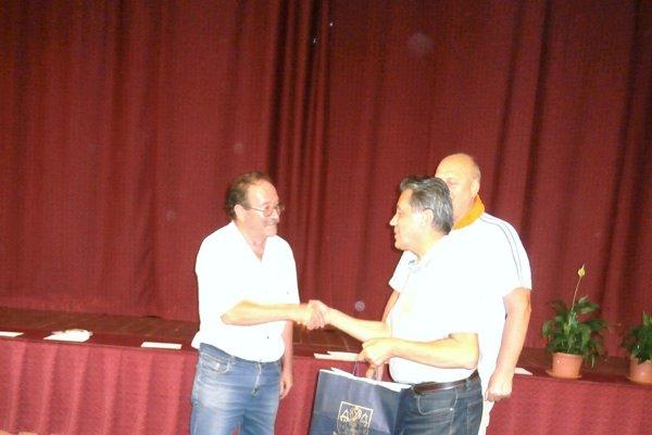Cenu víťazovi O. Tešlárovi (vľavo) odovzdal starosta Betliar Ľ. Zatroch.