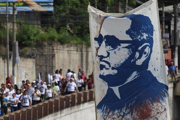 Portrét Óscara Romera, ktorý nesú pútnici.