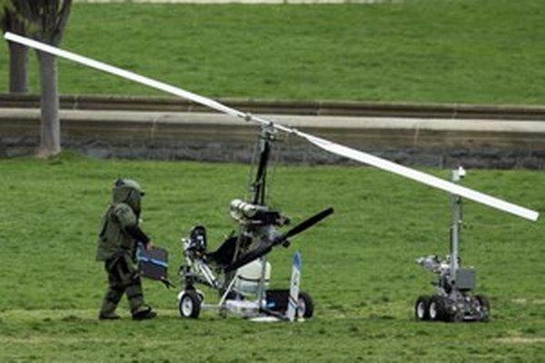 Američan pristál s malým jednomiestnym vírnikom na trávniku pred budovou Kongresu.