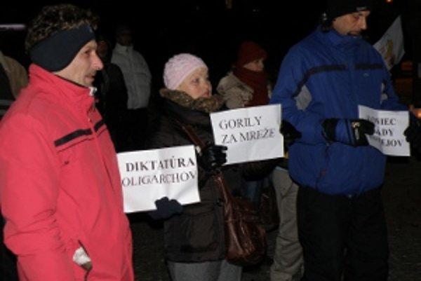 Protestujúci si priniesli aj malé transparenty.