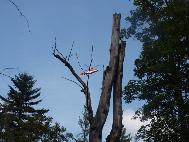 Záchranársky vrtuľník letí na miesto nešťastia.