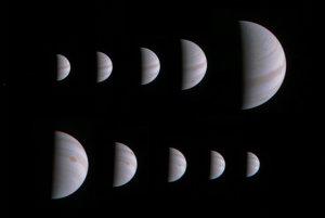 Na tejto montáži desiatich záberov z JunoCam je vidno približovanie sa sondy k planéte.
