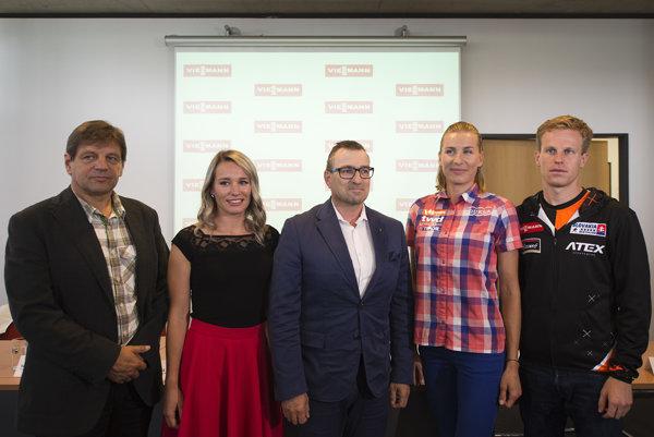 Zľava prezident SZB Tomáš Fusko, Paulína Fialková, generálny riaditeľ spoločnosti Viessmann Miroslav Janda, Anastasia Kuzminová a Martin Otčenáš.