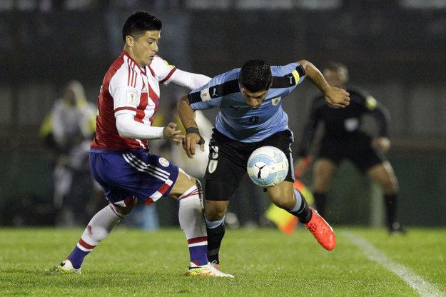 Jorge Moreira z Paraguaja (vľavo) v súboji o loptu s Luisom Suarezom z Uruguaja.