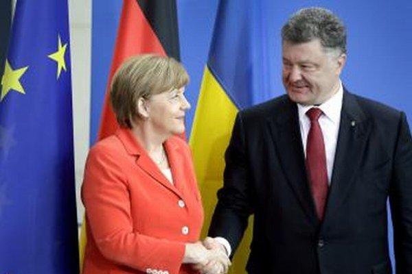 Nemecká kancelárka Angela Merkelová s ukrajinským prezidentom  Petrom Porošenkom pred rokovaním v Berlíne.