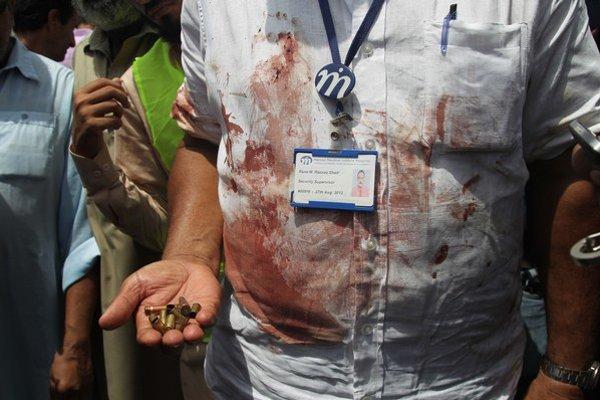 Do autobusu vezúceho šiitských moslimov vtrhla skupina ozbrojencov a začala strieľať do cestujúcich.