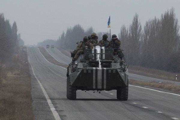 Obrnený transportér ukrajinskej armády na ceste pri Donecku