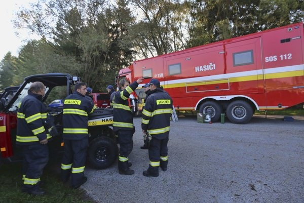 Krízový záchranný štáb v blízkosti futbalového ihriska v obci Strelníky, kde sa vo štvrtok v noci zrútil záchranársky vrtuľník.