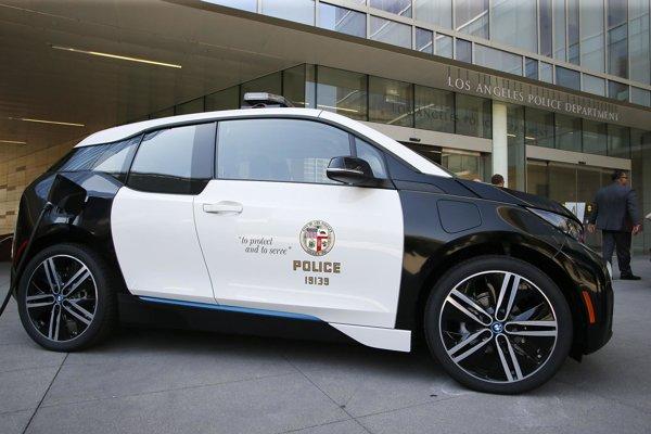 Elektromobil BMW i3 polície mesta Los Angeles. Losangeleská polícia má celú stovku bavorských elektromobilov, ktoré sú poháňané elektromotorom výkonu 125 kW a na stovku zrýchlia za 7,3 sekundy.