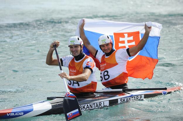 Ladislav a Peter Škantárovci sa tešia v cieli po zisku zlatej medaily v kategórii C2 na olympiáde v Riu.