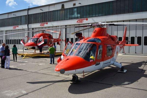 Nový vrtuľník Vrtuľníkovej záchrannej zdravotnej služby Air-Transport Europe Bell 429 (v pozadí), v popredí starší vrtuľník Agusta A 109 K2.