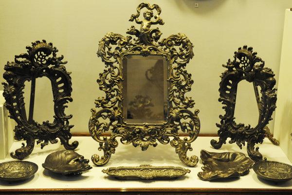 Snímka z výstavy umeleckých odliatkov z kovu.