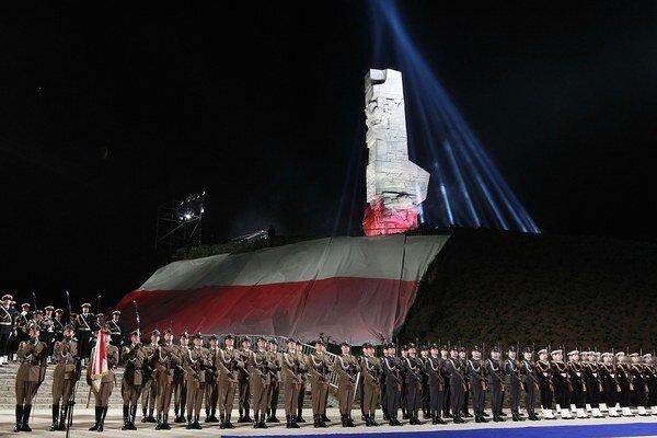 Poľské námorné jednotky pred pamätníkom na Westerplatte.