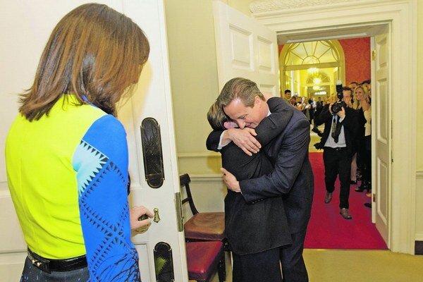 Cameron ostáva premiérom.