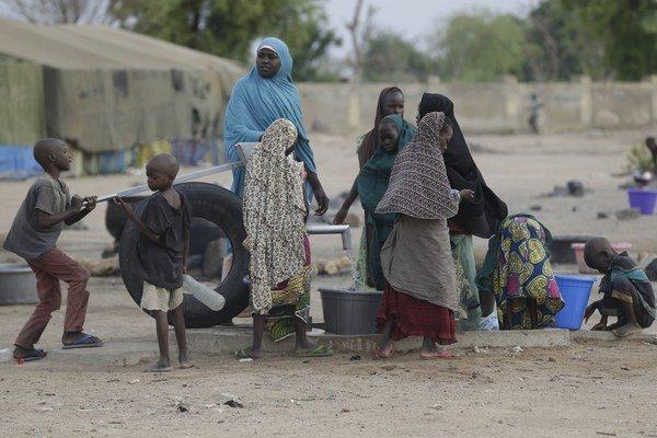 Zachránené ženy a deti v utečeneckom tábore.