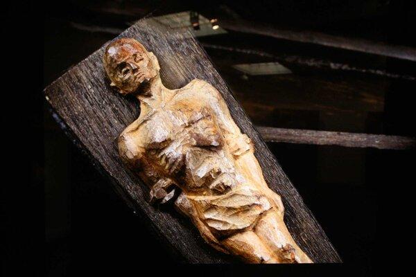 V dielku s názvom Sarkofág sa nachádzala obhorená kosť mladej ženy. Autor chcel takto zrejme vyjadriť túžbu po zachovaní ľudskej dôstojnosti aj po smrti.