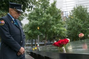 Požiarnik Joseph McCormick pri pamätníku obetí South Pool.