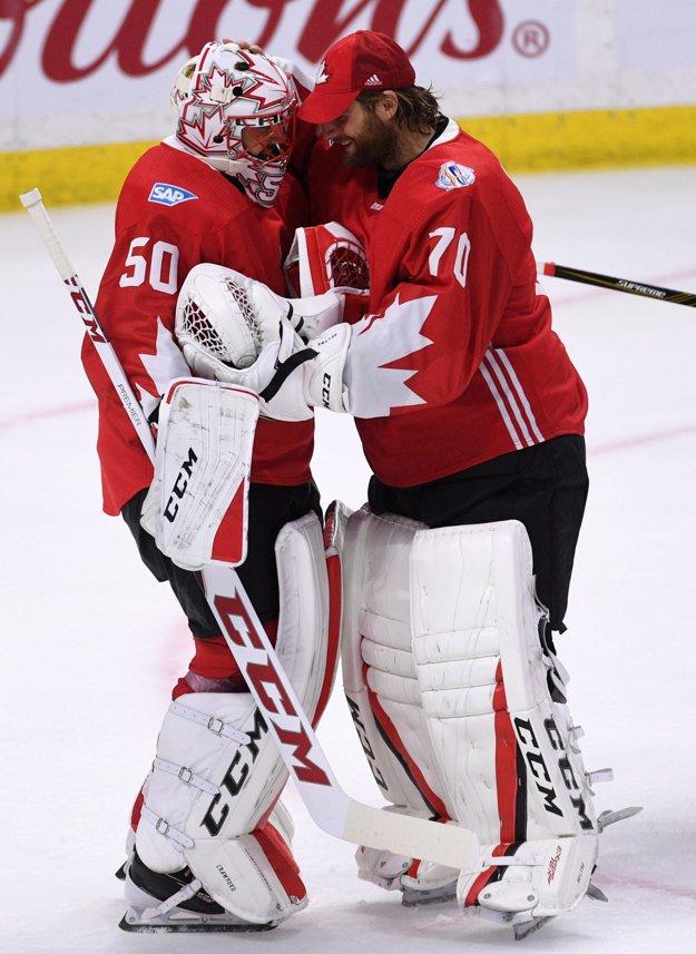 V kanadskej bránke dostal šancu Corey Crawford (vľavo), náhradníkom bol Braden Holtby.