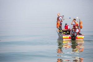 Záchranárske jednotky na Dunaji pri mieste, kde dnes ráno havarovala výletná loď so 160 ľuďmi na palube.