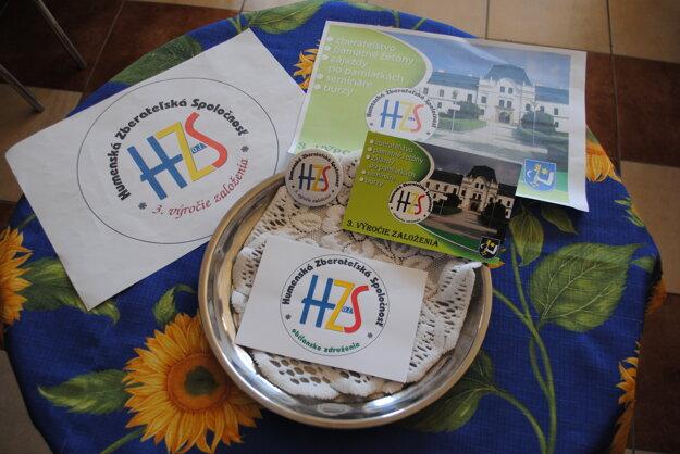 Magnetka a pohľadnica. S logom Humenskej zberateľskej spoločnosti.