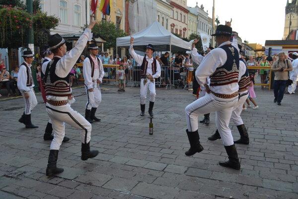 Kto odtancoval, dostal víno. Fľašový tanec je známy najmä z východniarskych svadieb.