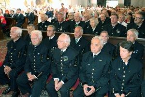 Baníci sa na omši zúčastnili vo sviatočných uniformách