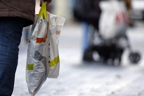 Schválené záväzné ciele by mali znížiť počet plastových tašiek o 50 percent do roku 2019 a o 80 percent do roku 2025.