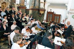 Školský orchester ZUŠ v Prievidzi spoločne s Miešaným zborom Rozkvet, ktorý dirigoval Ján Glos (vpravo).