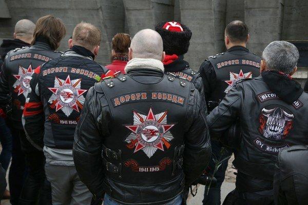 Ruskí motorkári sa v Katynskom lese poklonili pamiatke obetí masakry.