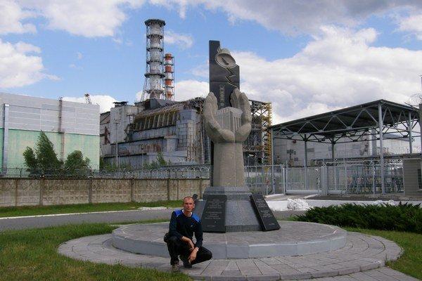 Bohuš Sasko pred miestom tragédie. Vpozadí vidieť jadrovú elektráreň.