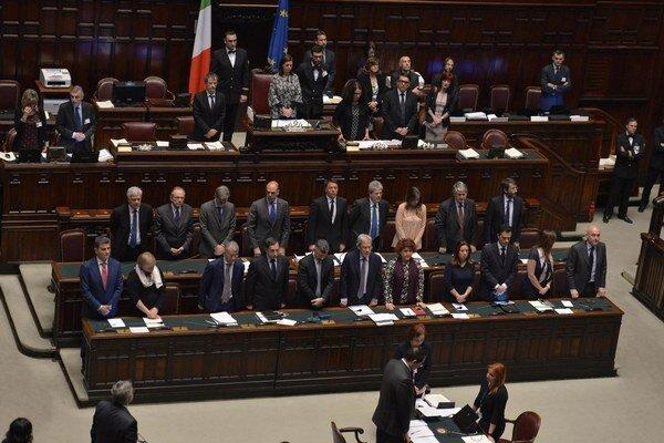 """Na pôde talianskeho parlamentu Renzi upozornil, že """"šľachetná a veľkorysá reakcia"""" Talianska nestačí v situácii, keď sa južné hranice EÚ snažia denne prekonať stovky imigrantov."""