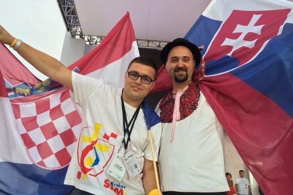 Pavol Reisel (vpravo) niesol vlajku počas úvodného ceremoniálu.