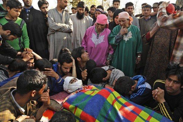 Násilné protesty vypukli v indickej časti Kašmíru potom, ako pri ozbrojených stretoch s armádou zahynuli dvaja ľudia.
